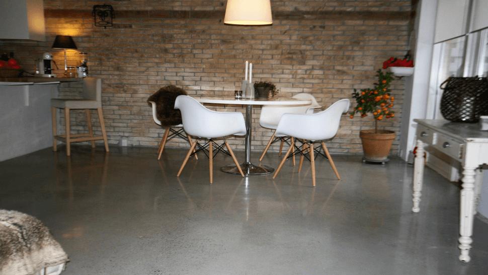 Poleret betongulv i lys beton samt betonvæg - køkken - alrum