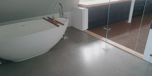Poleret betongulv med guldstøv i badeværelse - walk in closet