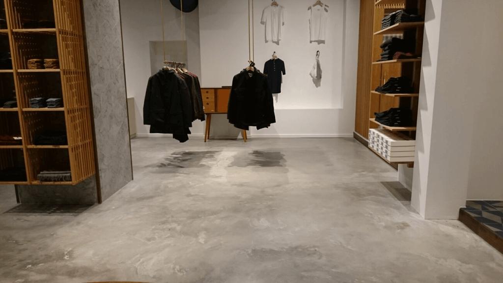 poleret gulv af beton tøjforretning