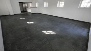 """Poleret betongulv i gildesal - """"Gloomy"""" - ind mod køkken"""