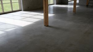 Poleret betongulv - privat bolig - aktivitetsrum - nærbillede