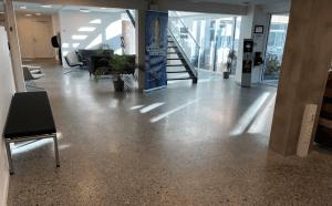 Støbning, slibning og polering af betongulv - KEA Hellerup - indgangsparti