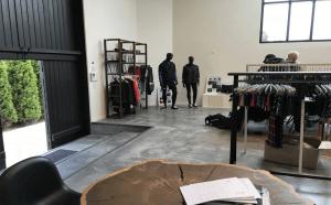 Støbning, slibning og polering af betongulv - BJÖRN BORG Showroom - indgangsparti