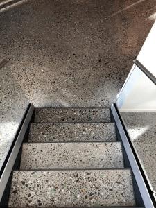 Støbning, slibning og polering af betongulv - KEA Hellerup - trappeareal