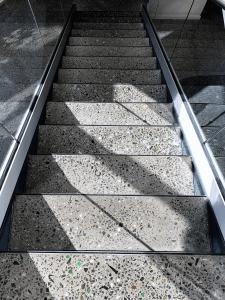 Støbning, slibning og polering af betongulv - KEA Hellerup - trappetrin