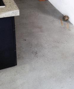 Støbning, slibning og polering af betongulv - Pi - indstøbning ved køkken