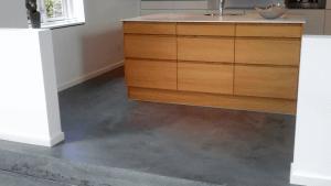 Støbning, slibning og polering af betongulv i Caemento Design – Privat - Køkken
