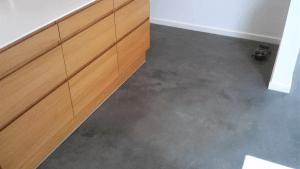 Støbning, slibning og polering af betongulv i Caemento Design – Privat - Stue - køkken
