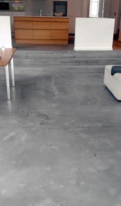 Støbning, slibning og polering af betongulv i Caemento Design – Privat - Stue - køkken - trappe