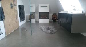 Poleret beton - støbt betongulv i badevaerelse