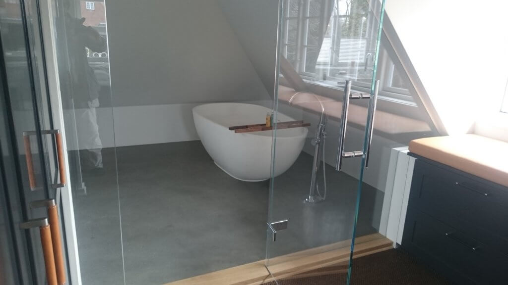 Badevaerelsesgulv i poleret beton