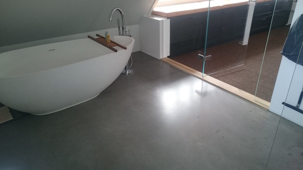 Badevaerelse med poleret betongulv