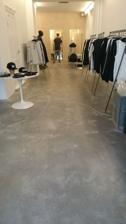 Ægte poleret betongulv – med spil i gulvet
