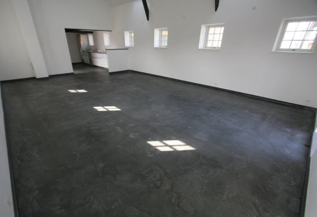 Aegte poleret betongulv – moerk designgulv