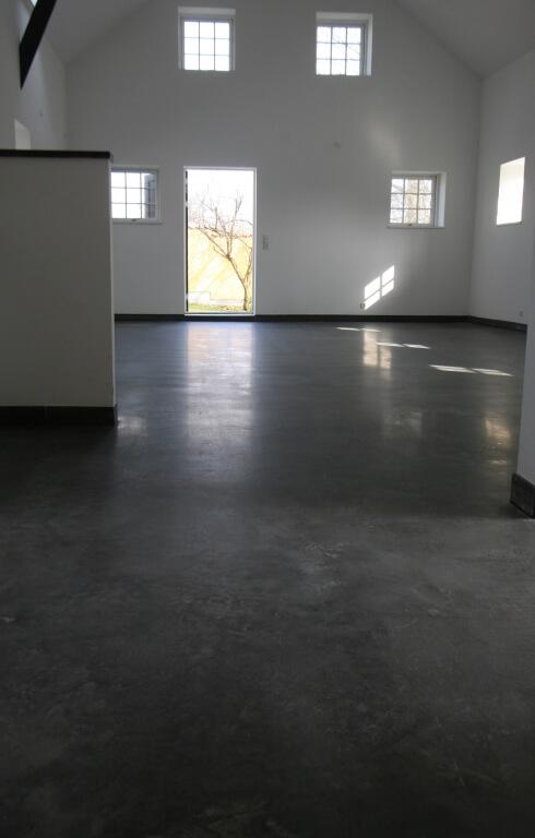 Aegte poleret beton – raa og moerk gulv