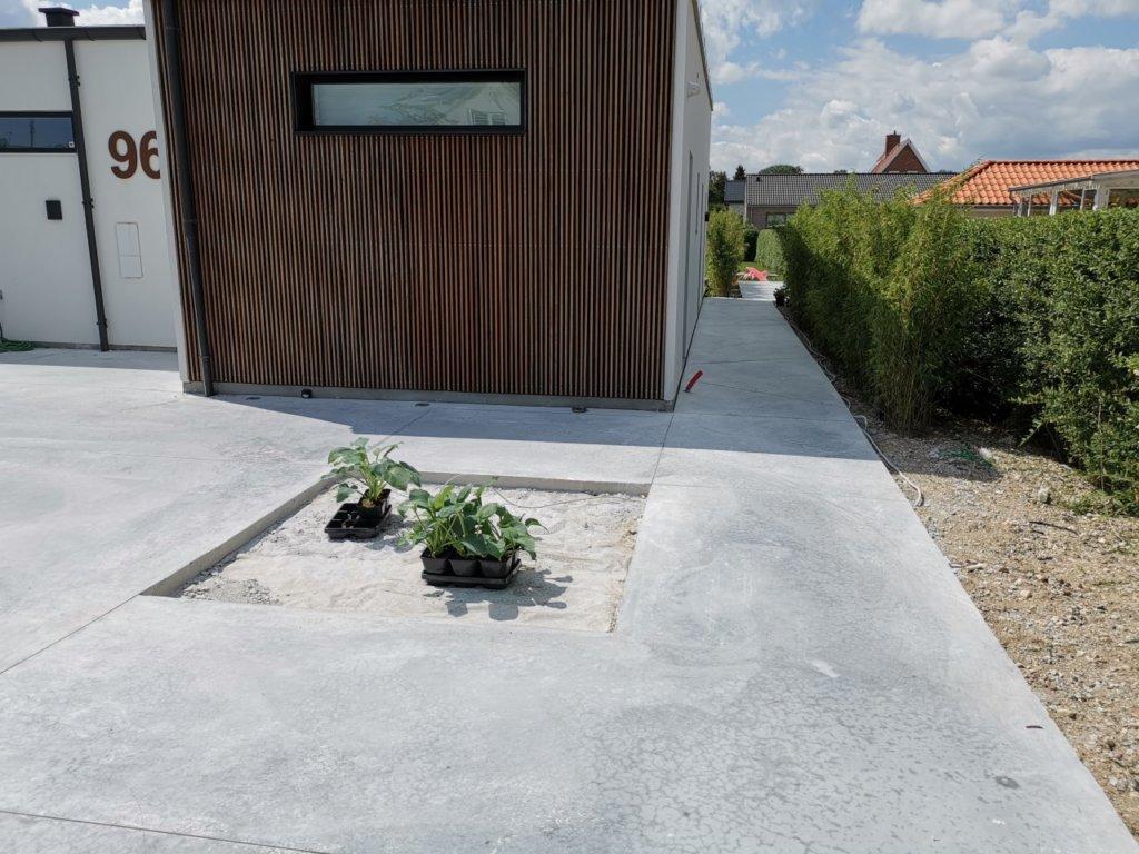 Beton sti langs hus - bed i betonterrasse