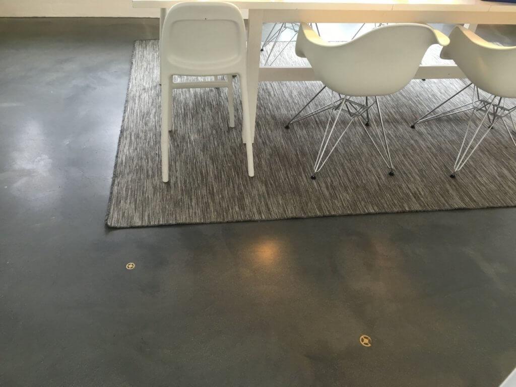 Mørk poleret betongulv – Caemento emblem
