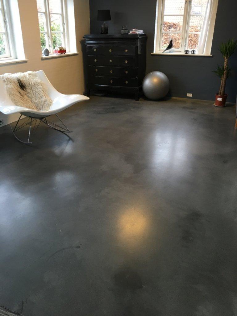Mørkt poleret betongulv – gloomy look