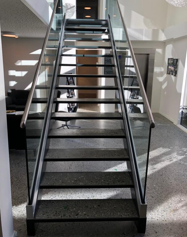 Poleret beton – genbrugsglas – trappe og gulv