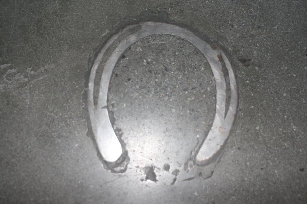 Poleret beton med indstoebt hestesko