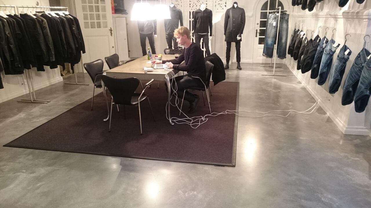 Poleret betongulv – Caemento design i showroom