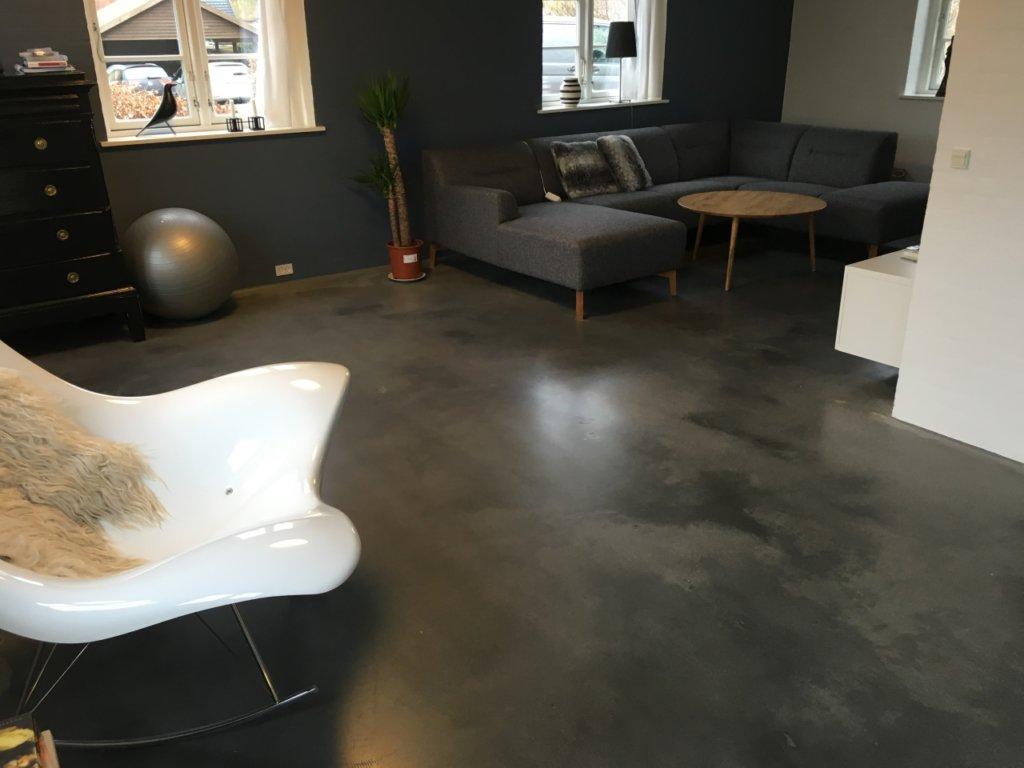 Poleret betongulv – fjernsyns hjørne