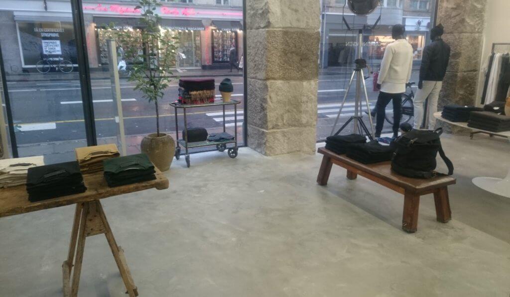 Poleret betongulv i forretning
