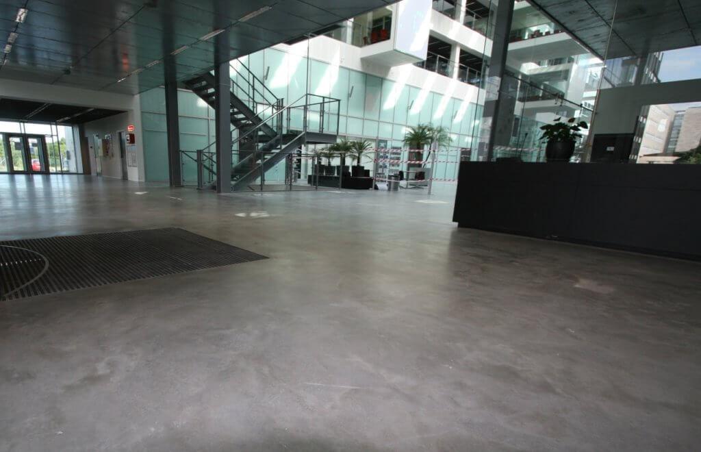 Poleret betongulv i indgang ved receptions område