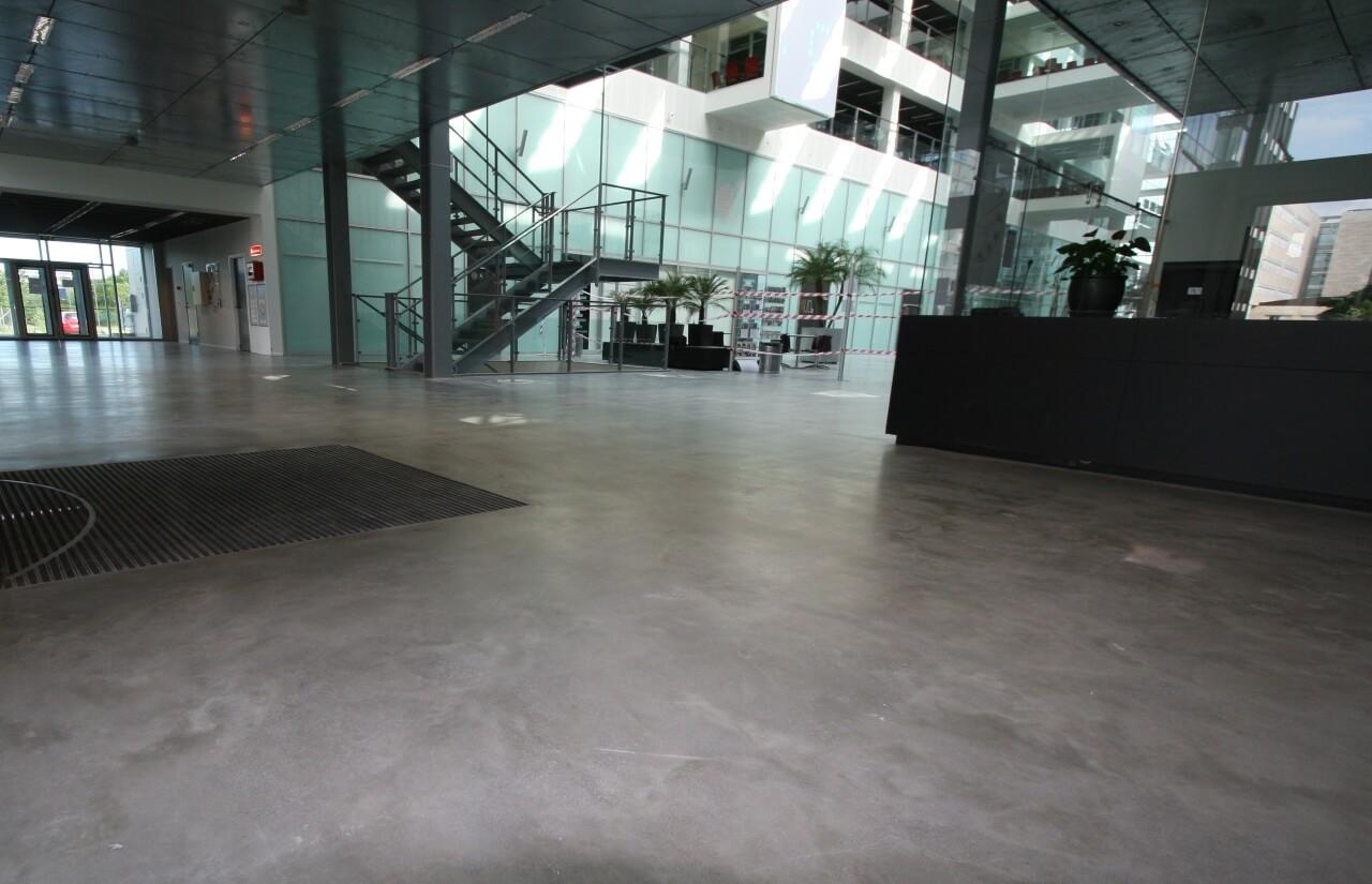 Poleret betongulv i indgang ved receptions omraade