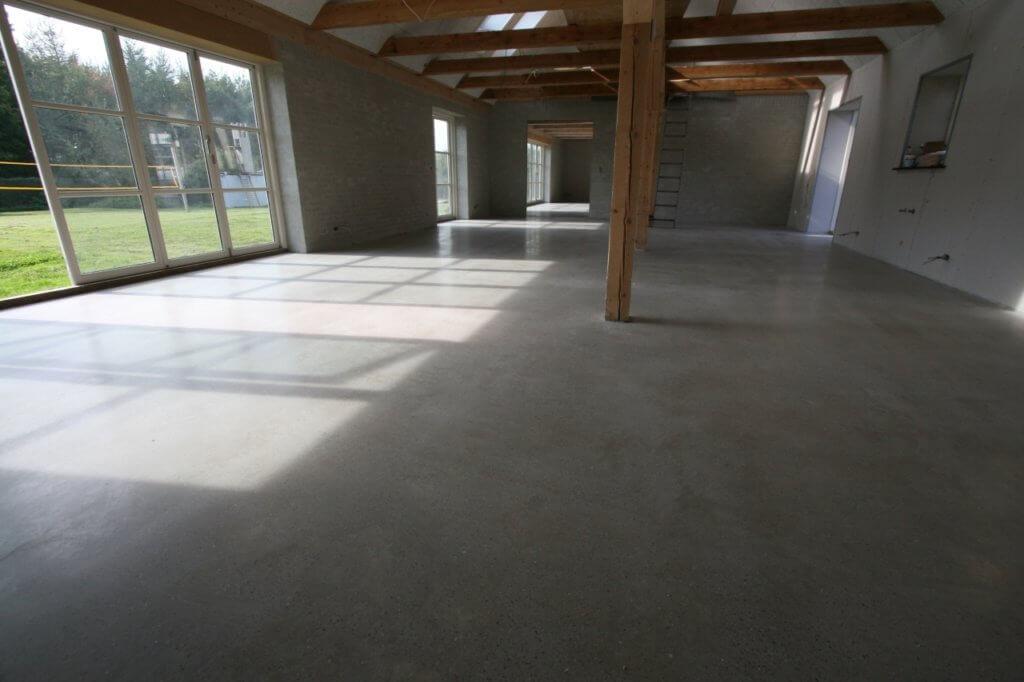 Poleret betongulv med hoejt til kip