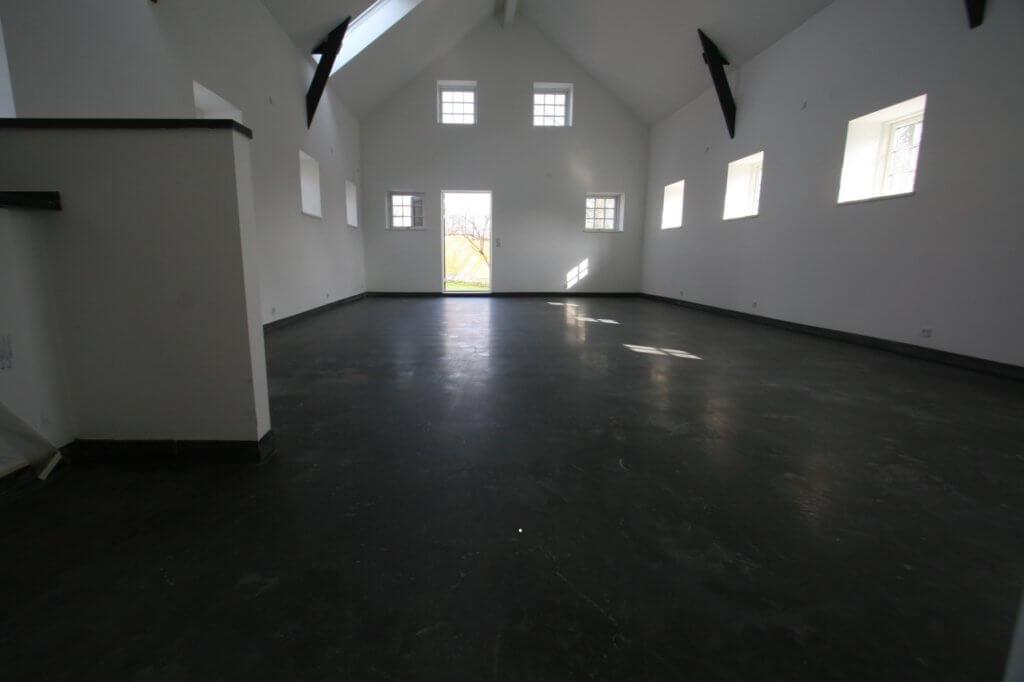 Poleret betongulv og hoejt til loftet