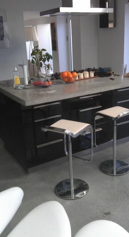 Poleret betongulv og poleret beton bord