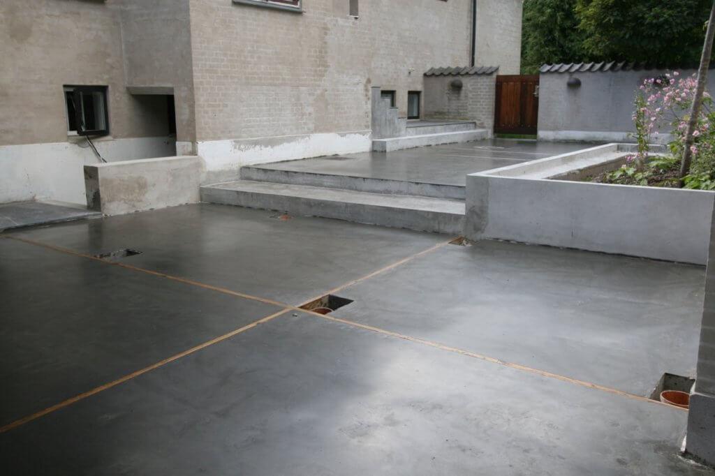 Udendørs poleret betongulv – træ dillitationer