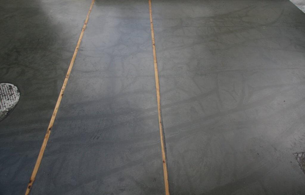 betonterrasse med dillitationsfuger i træ