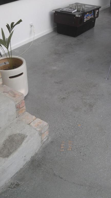 poleret betongulv – med indstoebt dato