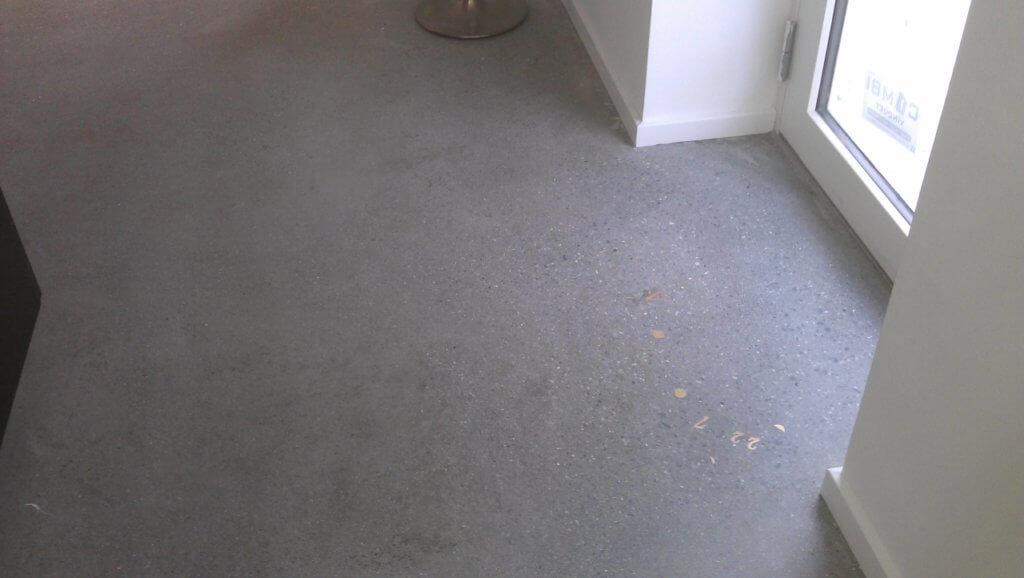 poleret betongulv med messing