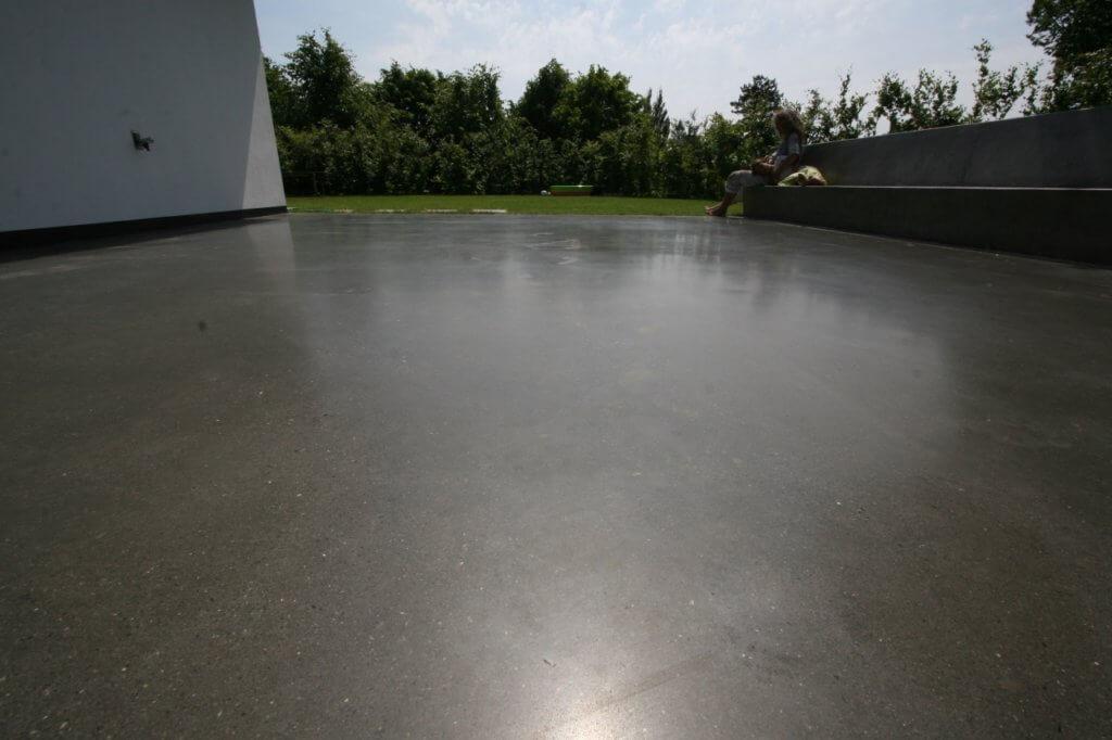 poleret designgulv – udendoers med betonbaenk